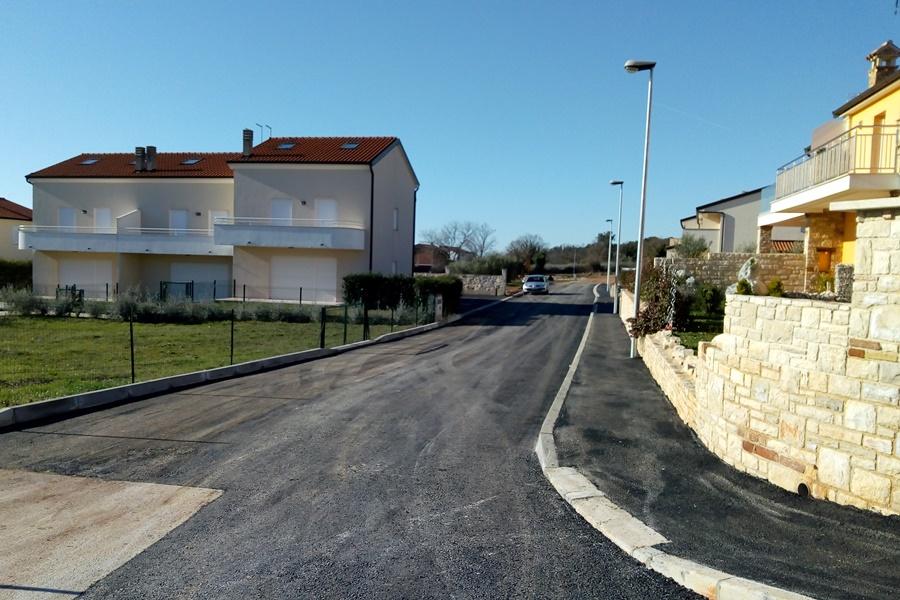 http://www.novigrad.hr/ureeno_i_asfaltirano_500_tinjak_metara_prometnica_na_tri_gradske_lokacije