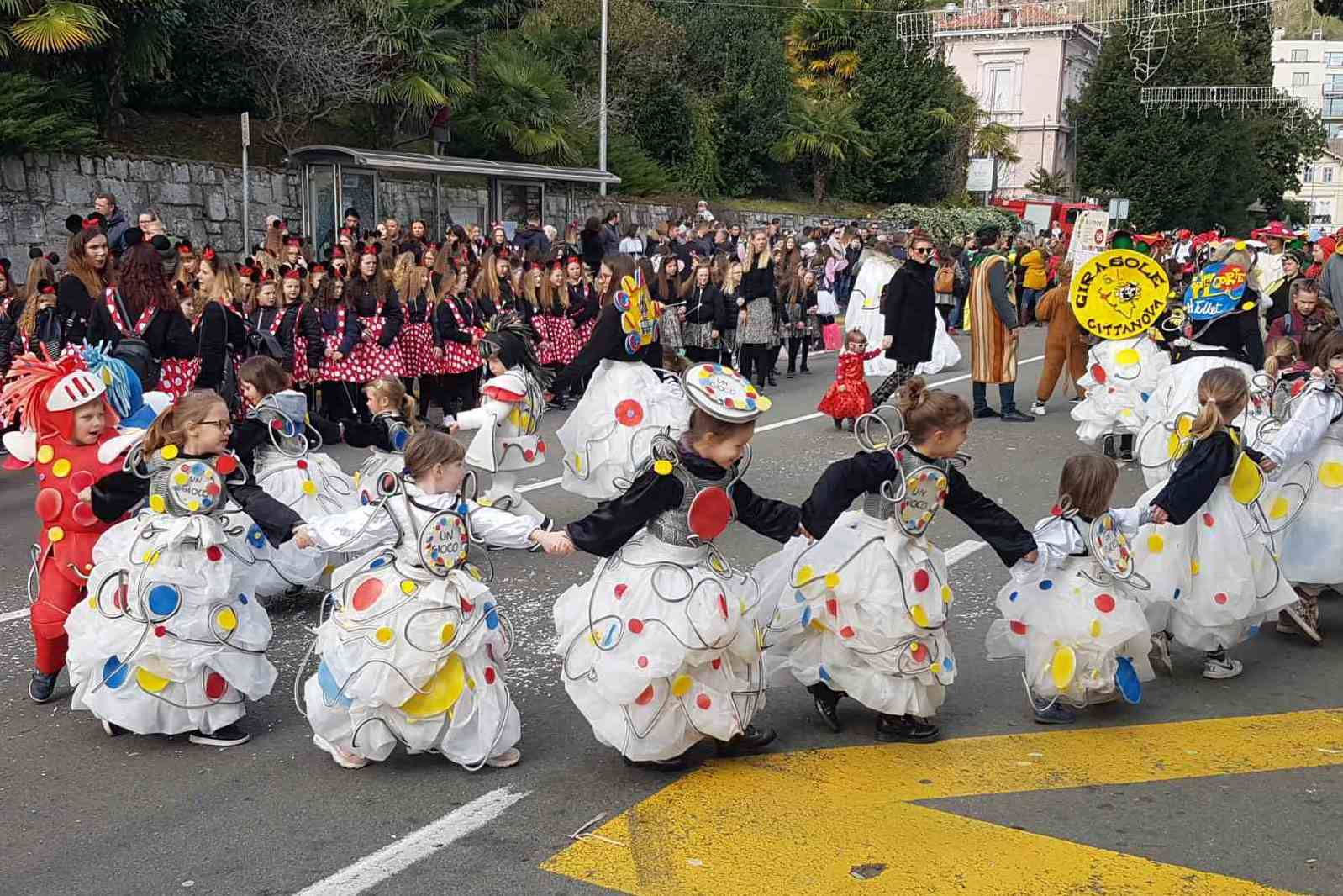 http://www.novigrad.hr/na_djechjoj_karnevalskoj_povorci_u_opatiji_i_dvor_herve_tulleta