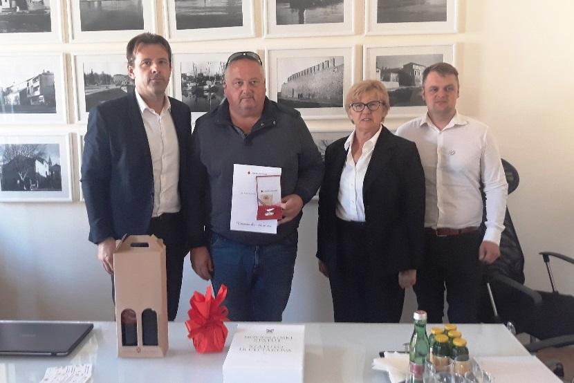 http://www.novigrad.hr/prijem_povodom_dana_dobrovoljnih_darivatelja_krvi_davor_klari_krv_darovao_7