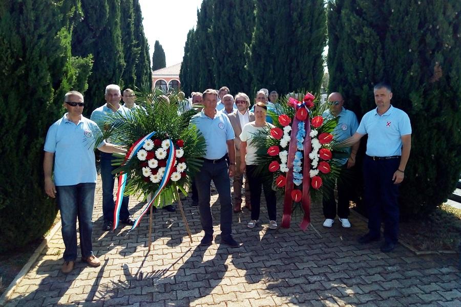 http://www.novigrad.hr/corona_di_fiori_candele_e_un_minuto_di_silenzio_in_ricorrenza_della_gi