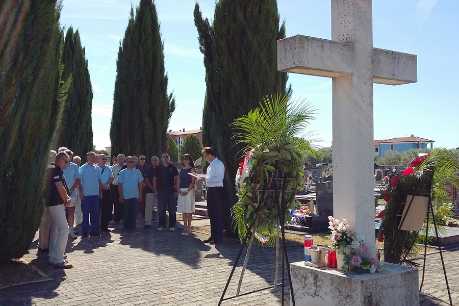 http://www.novigrad.hr/ghirlande_e_un_minuto_di_silenzio_in_ricorrenza_della_giornata_della_vittor