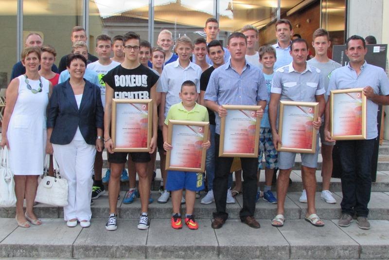 http://www.novigrad.hr/uruchene_plakete_najboljim_sportashima_i_sportskim_klubovima