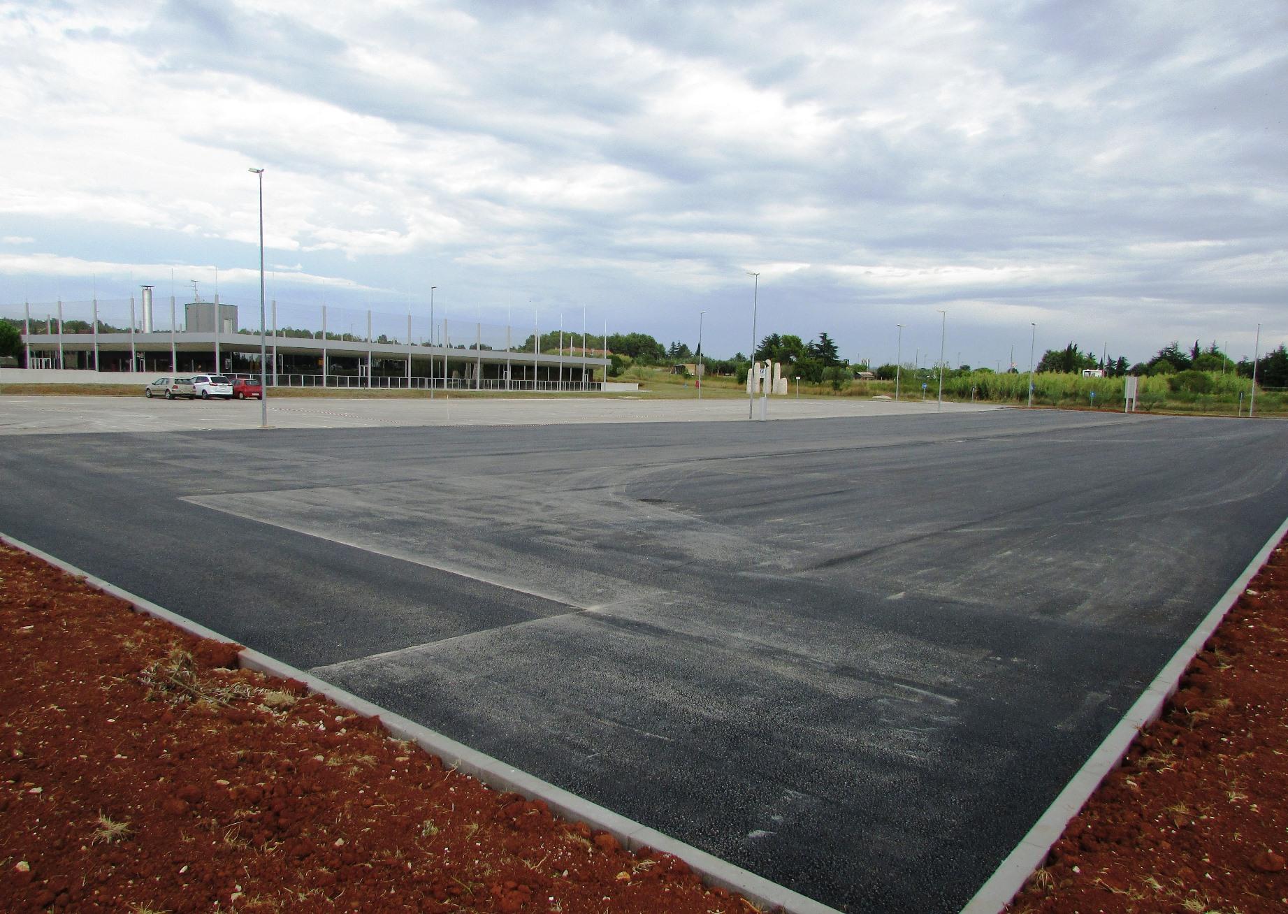 http://www.novigrad.hr/u_cijelosti_asfaltirano_parkiralishte_sportske_dvorane